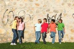 Gruppe vor des Teenagerflüsterns Lizenzfreie Stockbilder