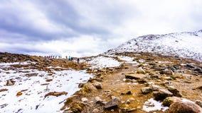Gruppe Wanderer, die bis zur Spitze der Pfeifer, nahe der Stadt des Jaspisses vorangehen Lizenzfreies Stockbild