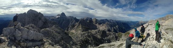 Gruppe Wanderer genießen das szenische Panorama in Julian Alps in Slowenien im Juli 2017 Lizenzfreies Stockbild
