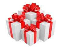 Gruppe weiße Geschenkboxen eingewickelt mit den roten Bändern gebunden in Bögen Stockbilder