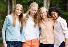 Gruppe weibliche Jugendfreunde stockbild