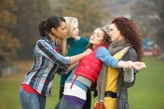 Gruppe weibliche Jugendlichen, die Mädchen tyrannisieren Stockfotografie