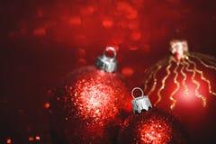 Gruppe Weihnachtsbälle auf roter Hintergrundnahaufnahme Lizenzfreie Stockfotos