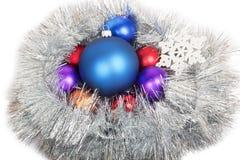 Gruppe Weihnachtsbälle in der Kette mit Schneeflocke Stockfotos