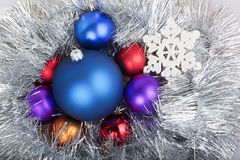 Gruppe Weihnachtsbälle in der Kette mit Schneeflocke Lizenzfreie Stockfotos