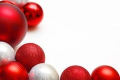 Gruppe Weihnachtsverzierungen, die weißen Hintergrund gestalten Lizenzfreies Stockbild