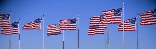 Gruppe wellenartig bewegende amerikanischen Flaggen, Liberty State Park, New-Jersey Lizenzfreies Stockfoto