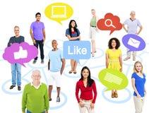 Gruppe Weltleute mit Social Media-Ikonen Lizenzfreie Stockfotos