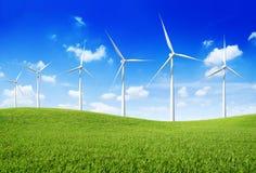 Gruppe Windkraftanlagen auf dem grünen Hügel Stockfotos