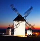 Gruppe Windmühlen bei Campo de Criptana im Sonnenuntergang Stockbilder