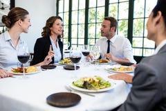 Gruppe Wirtschaftler bei der Business-Lunch-Sitzung Lizenzfreie Stockfotos