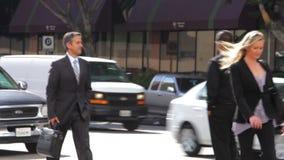 Gruppe Wirtschaftler, die entlang Straße gehen stock video