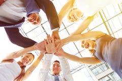 Gruppe Wirtschaftler, die Hände stapeln Stockfotos