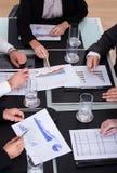 Gruppe Wirtschaftler, die Plan im Büro besprechen Stockfoto