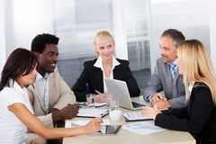 Gruppe Wirtschaftler, die sich zusammen besprechen Stockfotografie