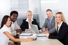 Gruppe Wirtschaftler, die sich zusammen besprechen Lizenzfreies Stockfoto