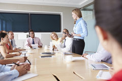 Gruppe Wirtschaftler, die um Sitzungssaal-Tabelle sich treffen Lizenzfreies Stockbild