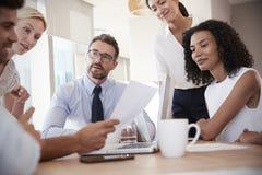 Gruppe Wirtschaftler, die um Tabelle im Büro sich treffen Stockfoto