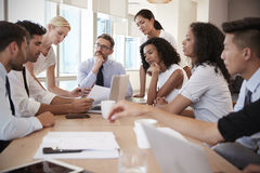 Gruppe Wirtschaftler, die um Tabelle im Büro sich treffen Stockfotos