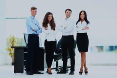 Gruppe Wirtschaftler, die zusammen im Büro stehen lizenzfreies stockfoto