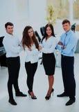 Gruppe Wirtschaftler, die zusammen im Büro stehen lizenzfreie stockbilder