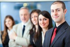 Gruppe Wirtschaftler im Büro lizenzfreie stockfotos