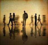 Gruppe Wirtschafts-Leute, die durch Seite im Sonnenuntergang gehen stockfotografie