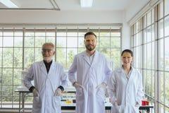 Gruppe Wissenschaftlerleute, die zusammen im Labor, in der erfolgreichen Teamwork und in reserch Funktion stehen lizenzfreie stockfotografie