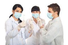 Gruppe Wissenschaftlerleute mit neuer Anlage Stockfotos