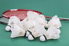 Gruppe worned heraus Badmintonfederball mit Schlägern auf Gericht Stockfoto