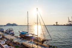 Gruppe Yachten und Boote im Hafen lizenzfreie stockfotografie