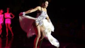 Gruppe zeitgenössische Tänzer, die am Stadium durchführen stock video footage