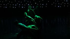 Gruppe zeitgenössische Tänzer, die am Stadium durchführen stock footage