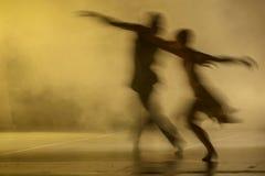 Gruppe zeitgenössische Tänzer, die am Stadium durchführen stockbild