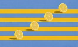 Gruppe Zitronen in einer Luft auf blauem Hintergrund stockbild