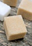 Gruppe Zuckerwürfel auf Tabelle lizenzfreies stockbild