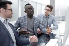 Gruppe zufällig gekleidete Wirtschaftler, die Ideen im Büro besprechen lizenzfreies stockbild