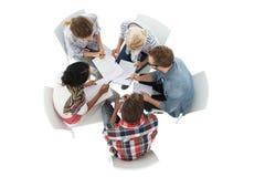 Gruppe zufällige junge Leute in der Sitzung Stockfotografie