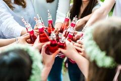 Gruppe zujubelnde Getränke der jungen Frau stockfotos