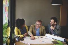 Gruppen-Architekten-Meeting Planning Blueprint-Konzept lizenzfreie stockfotos