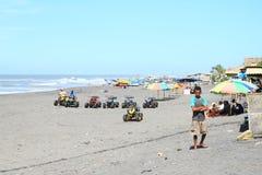 Gruppen auf Strand auf Airshow stockfotografie