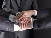 Gruppen av affärsfolk vek deras händer tillsammans arkivbilder