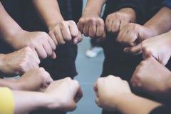 Gruppen av affärslagarbete sammanfogar deras händer samman med makt och lyckat royaltyfri foto