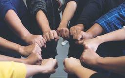 Gruppen av affärslagarbete sammanfogar deras händer samman med makt och lyckat arkivbilder