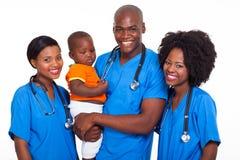 Afrikanska pediatricians behandla som ett barn Fotografering för Bildbyråer