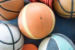 Gruppen av använt och smutsar ner basketbollar Arkivbilder