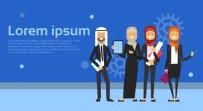 Gruppen av arabiskt affärsfolk i den svarta dräkten som tillsammans arbetar på blåa bakgrundsmuslimarbetare, team banret med kopi Royaltyfri Fotografi