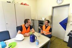 Gruppen av arbetare i en industriföretag tar ett kaffeavbrott royaltyfria bilder