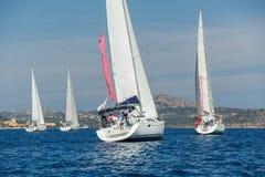 Gruppen av att kryssa omkring segelbåtar seglar nära den Sardinia ön Arkivbilder