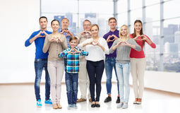 Gruppen av att le folk som visar hjärta, räcker tecknet Arkivbilder